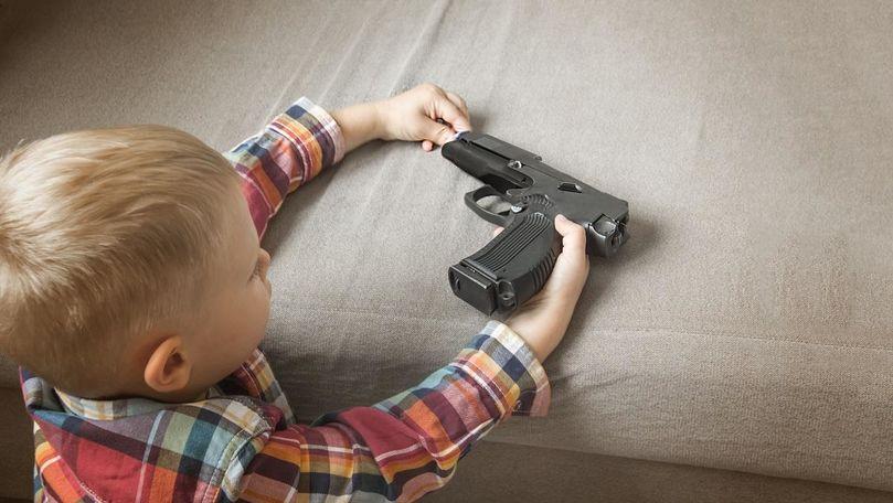 Un bebeluș, împușcat mortal de fratele său de 3 ani
