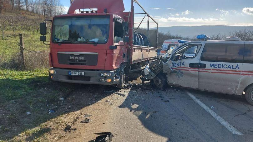 O ambulanță s-a izbit într-un TIR la Călărași: 4 persoane, la spital