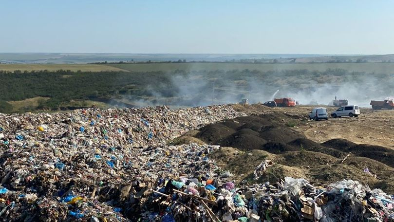 Incendiu la gunoiștea din Țânțăreni: Pompierii lucrează de 2 zile