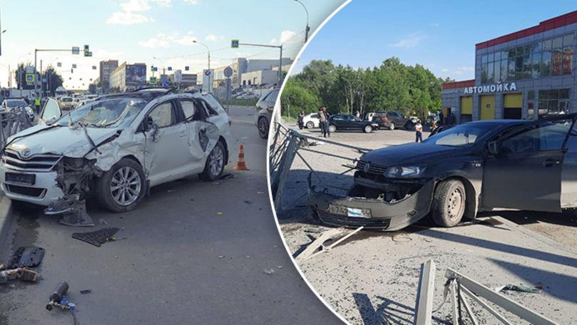 Toyota lovită, filmată cum se rotește în aer: Șoferul zboară din mașină