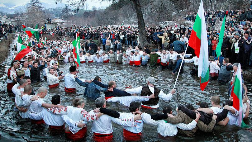 Locuitorii unui oraş din Bulgaria au marcat Boboteaza dansând într-un râu