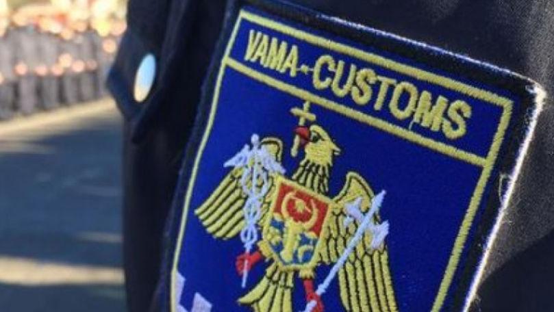 Un angajat al Serviciului Vamal a fost reținut cu mită de 1.200 de euro