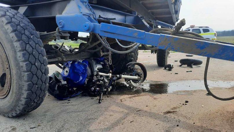 O motocicletă s-a tamponat cu un tractor la Nisporeni: Un mort și un rănit