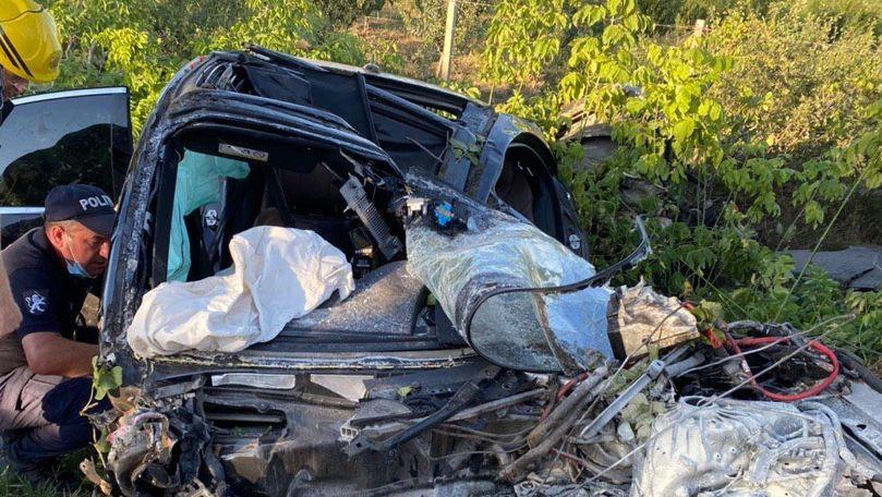 Mercedes făcut zob lângă Anenii Noi: Un mort și 2 răniți. Primele imagini