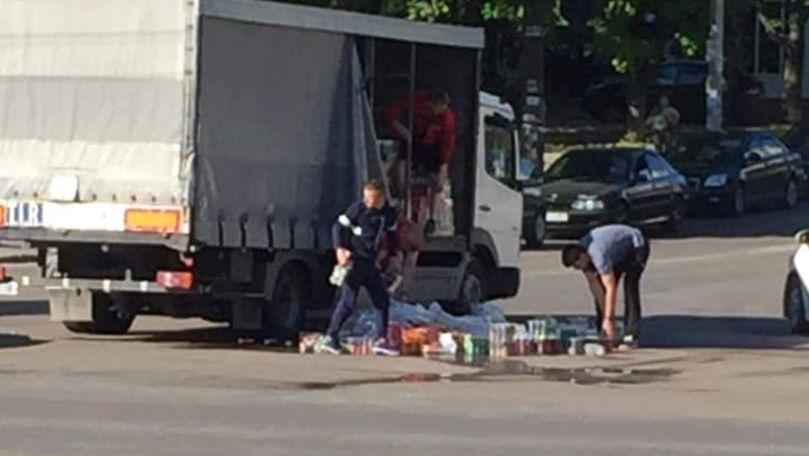Dimineață cu ghinion pentru un șofer: S-a pomenit cu marfa pe șosea