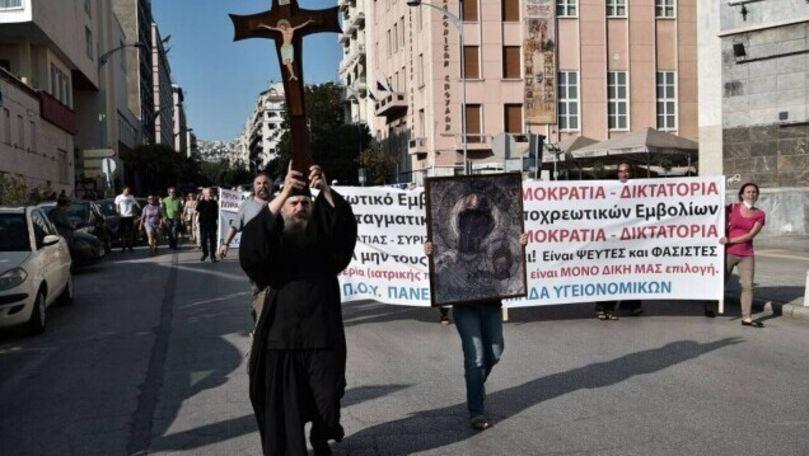 Proteste cu icoane și cruci uriașe în Grecia împotriva vaccinării