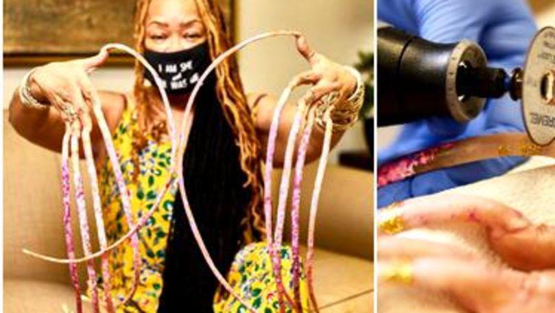 Femeia cu cele mai lungi unghii din lume le-a tăiat cu polizorul