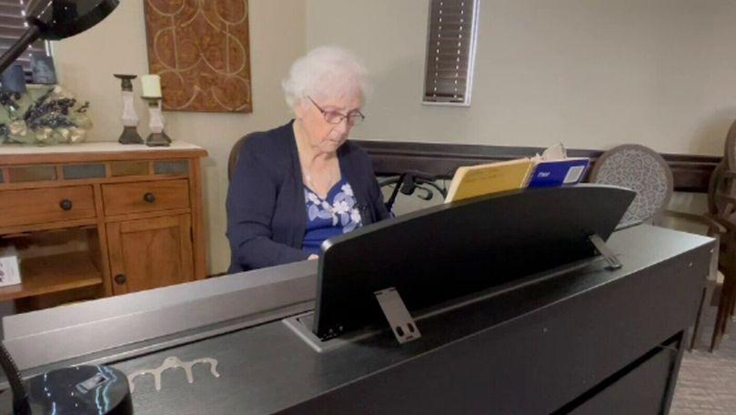 O femeie de 103 ani din SUA cântă la pian de când se știe