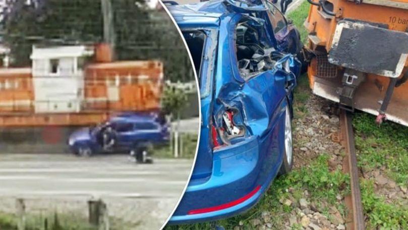 Momentul în care două persoane se salvează sărind din mașina lovită de tren