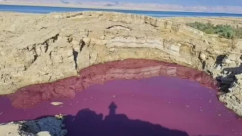 Apă roşie ca sângele lângă Marea Moartă. Localnici: Pedepse biblice