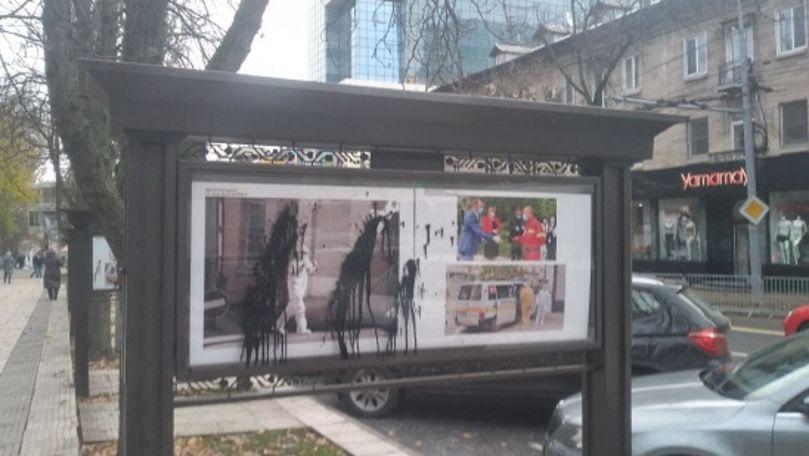 Panouri cu fotografii ale medicilor, vandalizate în centrul Chișinăului