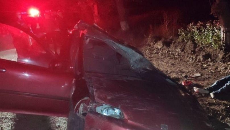 Angajat beat al Brigăzii Fulger, răsturnat cu mașina: Un tânăr a murit