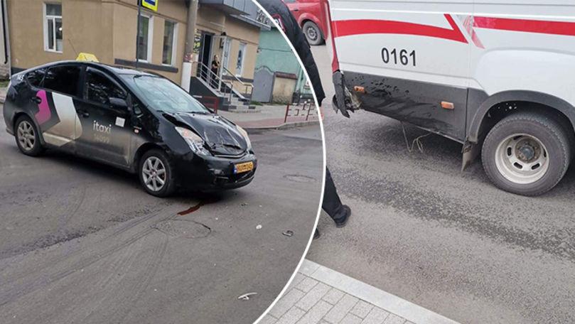 O mașină a carabinierilor și un taxi s-au ciocnit la Bălți