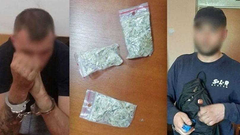 Șapte pachete cu droguri, depistate de carabinieri la 2 bărbați din Capitală