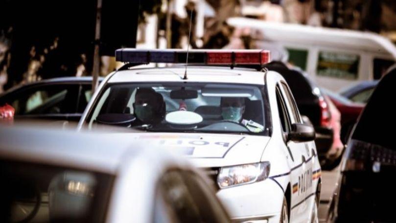 Un bărbat dezbrăcat a ameninţat poliţia cu o rangă şi un levier