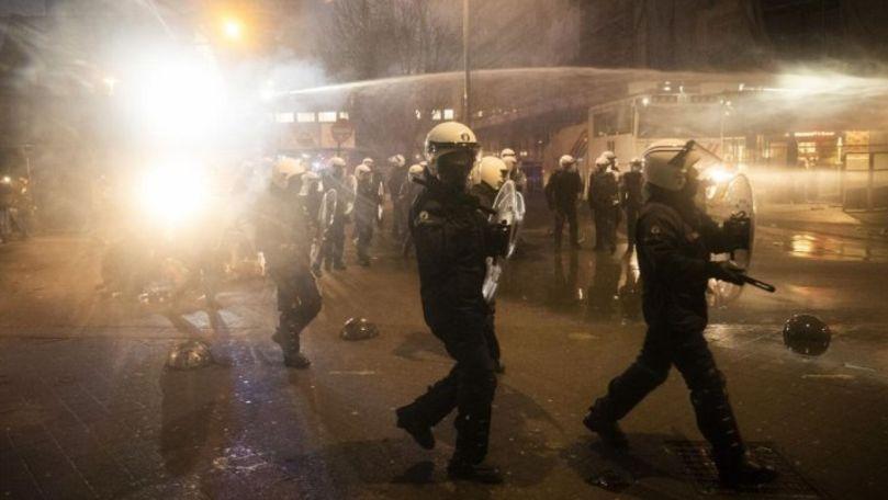 Proteste violente la Bruxelles: O secţie de poliţie, incendiată