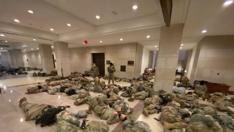 Pregătiri ca de război: Soldații din Garda SUA dorm pe jos în Capitoliu