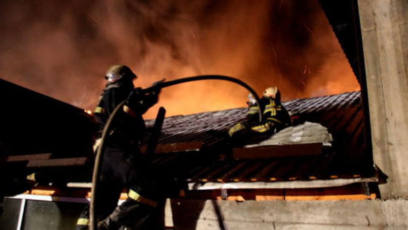 O casă din Capitală, cuprinsă de flăcări: 3 echipaje, la fața locului