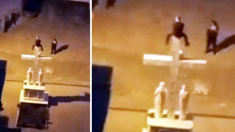 Alertă 112: Un tânăr înarmat amenință că se aruncă de pe o răstignire