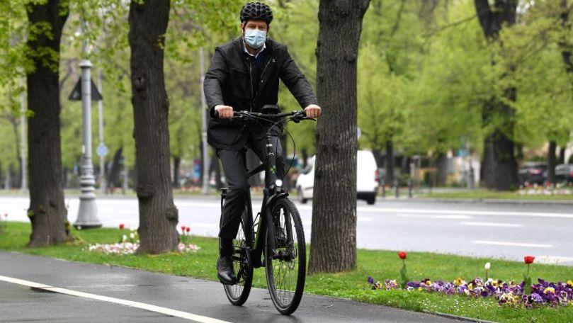 Azi maşina stă pe loc: Preşedintele României, cu bicicleta spre muncă