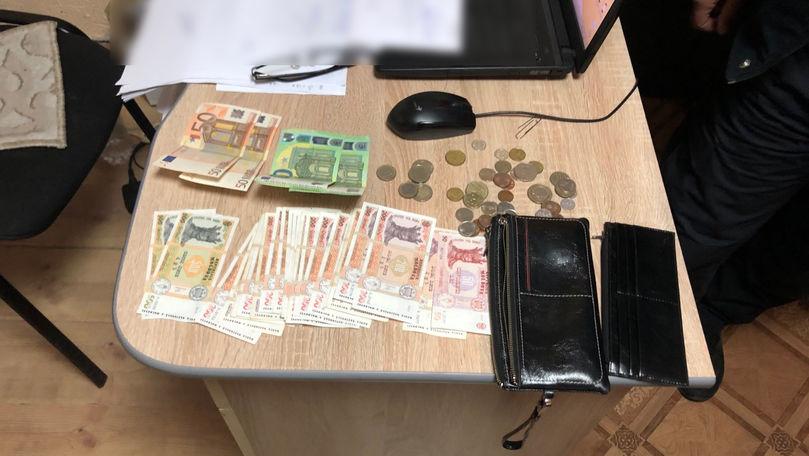 Portmoneu plin cu bani, găsit lângă Piața Centrală de doi polițiști