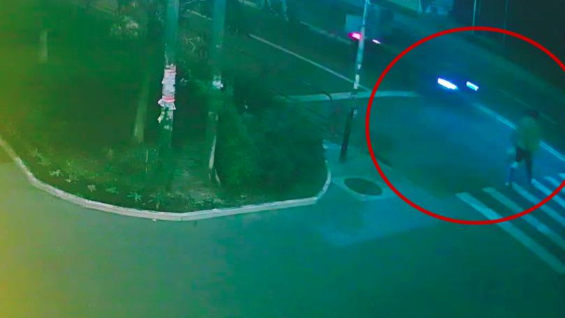 Pieton, cât pe ce să fie lovit de un BMW: Șoferul se uita în telefon