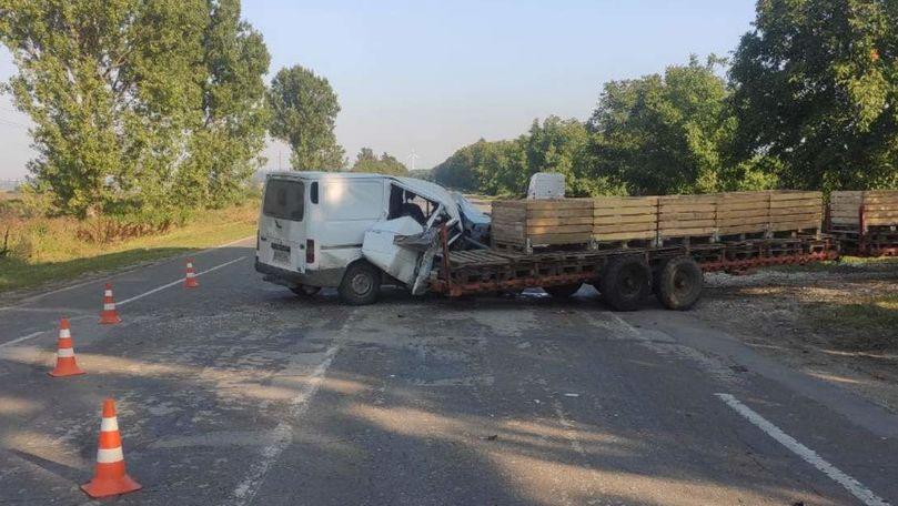 Accident grav la Briceni: Un microbuz a intrat într-un utilaj tehnic