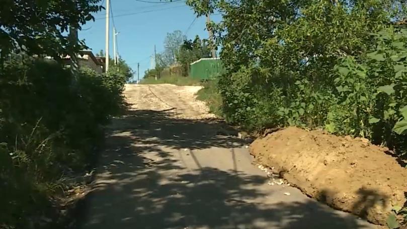 Un milion, spălat de ploaie: Un drum recent reparat din Buţeni, distrus