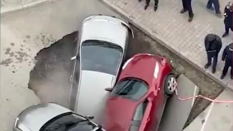 Două mașini, filmate într-o groapă cu apă clocotită apărută în asfalt