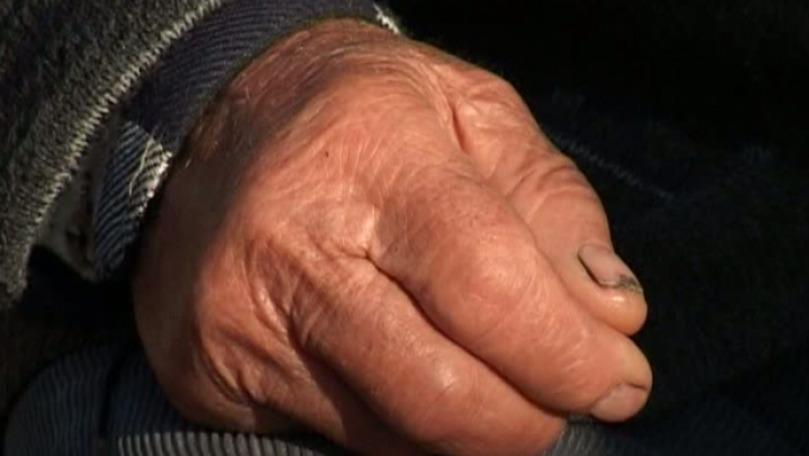 Bătrân din Florești, alungat din spital dezbrăcat și desculț