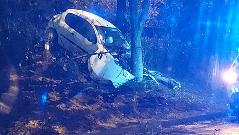 Accident violent în Capitală: Un șofer a intrat cu mașina în copac