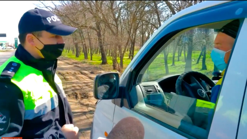 Polițiștii din Căușeni, cu ochii pe șoferi și pietoni: Purtați mască