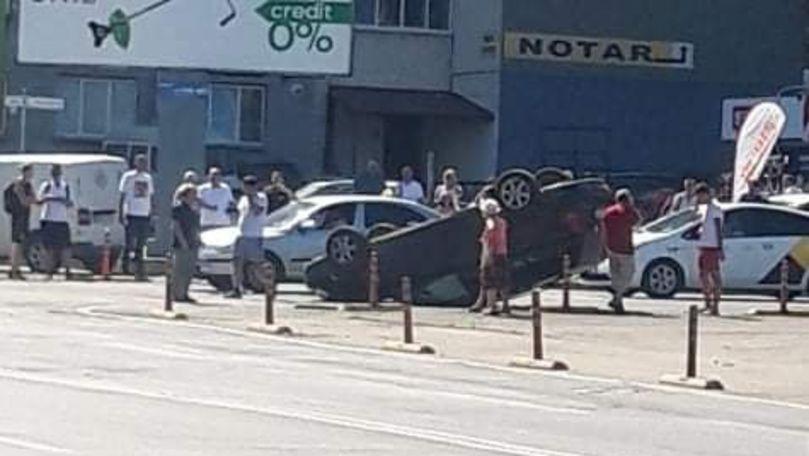 Un automobil s-a răsturnat pe o stradă aglomerată din Capitală
