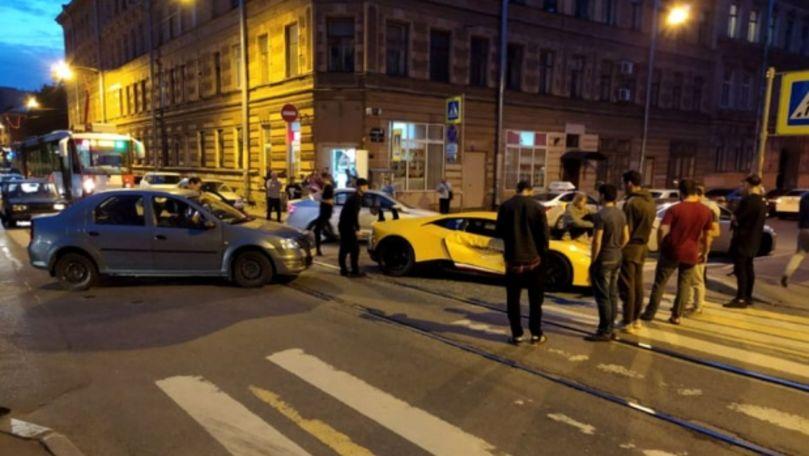 Șoferiță cu Dacia, filmată cum face praf un Lamborghini în intersecție