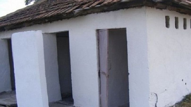 Veceurile unor școli din țară: Fără uşi, cu acoperiş spart și cu miros