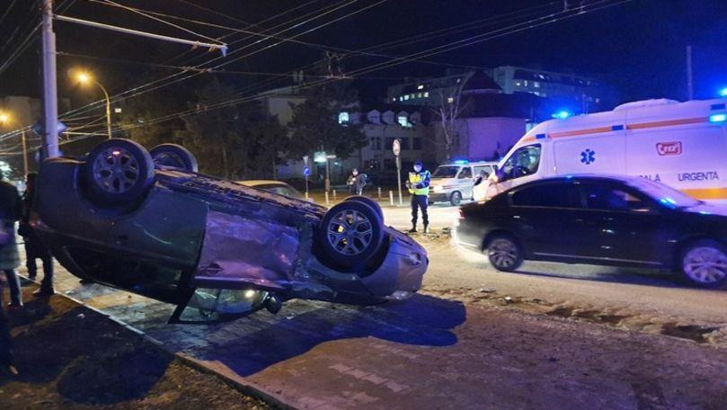 Ambulanță avariată și mașină răsturnată în Chișinău: Sunt 5 răniți
