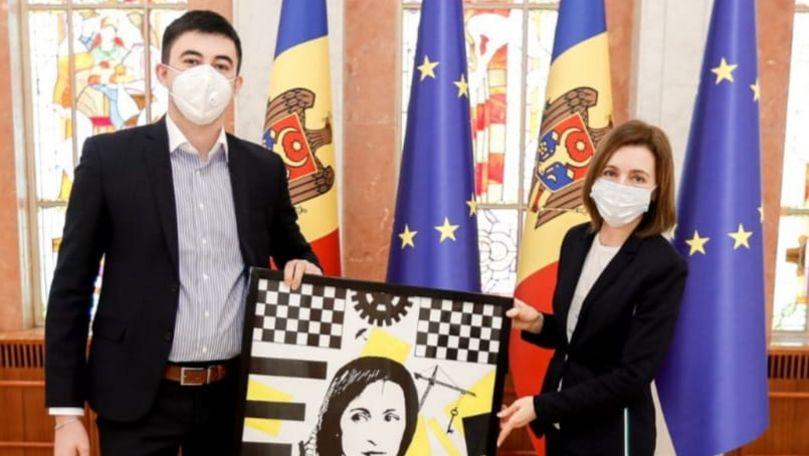 Un paramedic de pe ambulanță pictează politicieni într-un stil deosebit