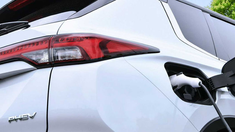 Prima imagine teaser cu viitorul Mitsubishi Outlander plug-in hybrid