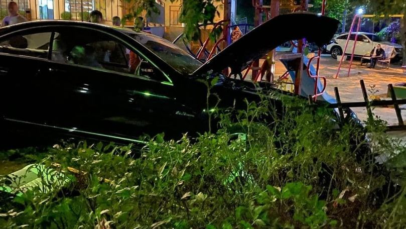 Un Mercedes a ajuns în gardul unui teren de joacă și a lovit 2 oameni