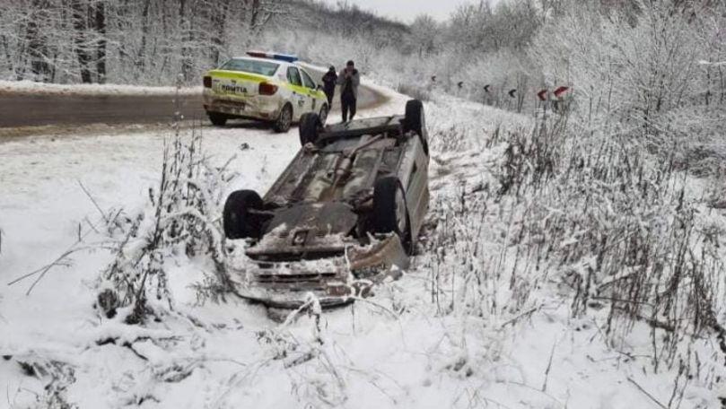 O Toyota s-a răsturnat pe traseul Chişinău-Lăpuşna. Șoferul, rănit