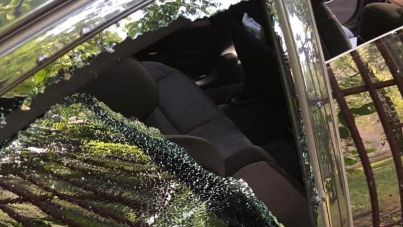 Mașina unei bloggerițe, spartă sub nasul poliției: 30 metri de la IP