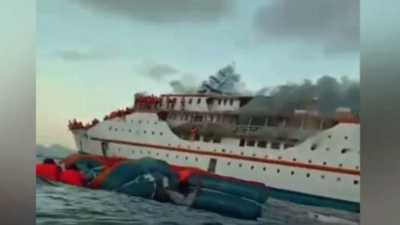 Un feribot a luat foc: 200 de pasageri s-au salvat sărind în apă