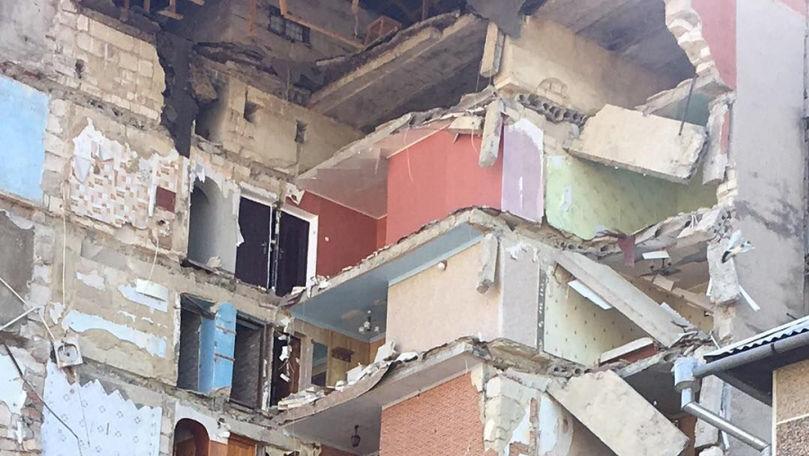 Bloc prăbușit la Ocnița: Icoane, jucării și obiecte casnice, printre ruine