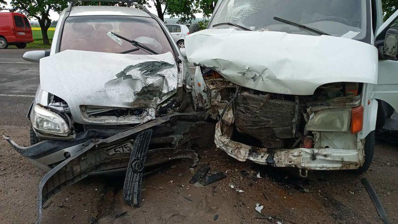 Accident la Bălți: Un șofer a ieșit pe contrasens. 3 persoane, rănite