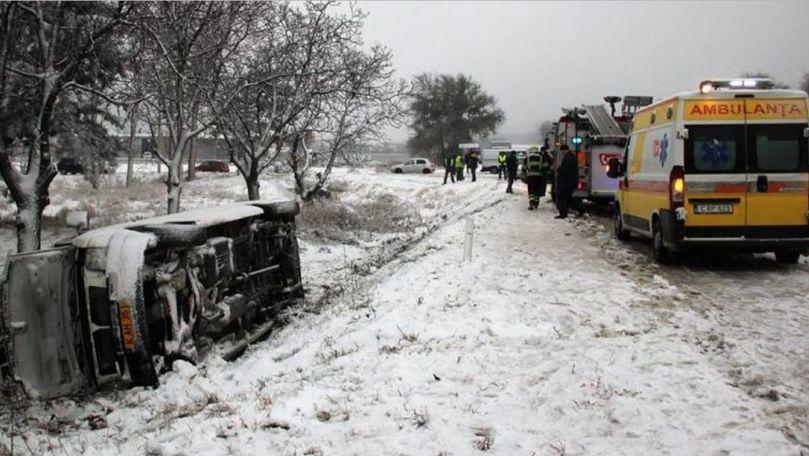 Microbuz plin cu pasageri, răsturnat la Florești Cel puțin un pasager, rănit