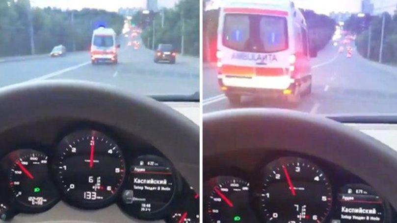 Șoferul unui Porsche s-a filmat cum întrece o ambulanță în Chișinău
