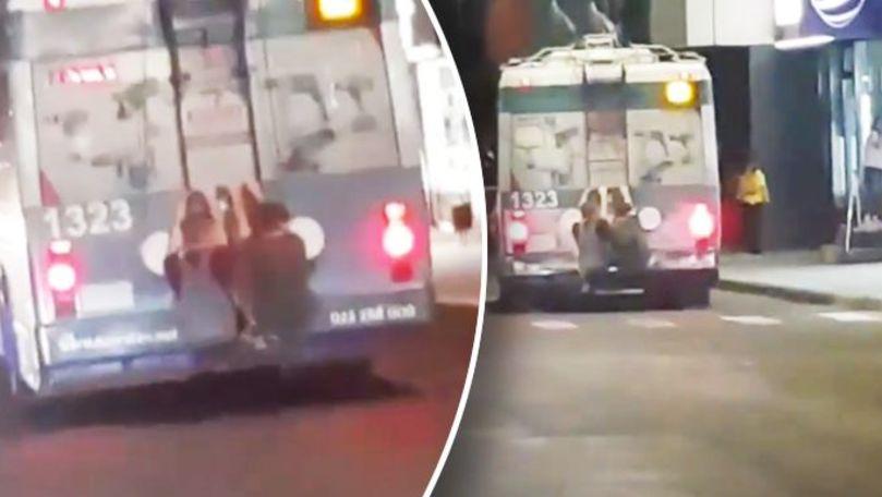 Aventură periculoasă: Doi minori, filmați agățați de un troleibuz