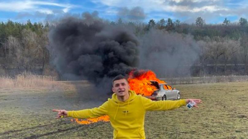 Proces penal: Momentul în care un tânăr incendiază un BMW pe câmp