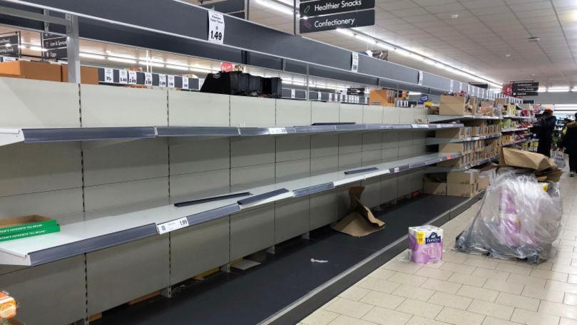 Rafturile din magazinele din Anglia, pustii. Boris Johnson, optimist