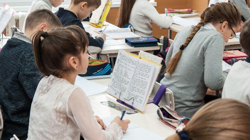 Elevii din clasele primare și gimnaziale vor primi manuale gratuit